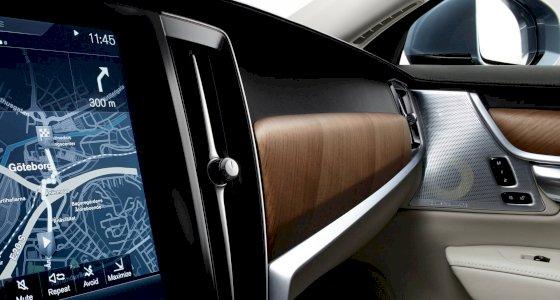 Interior des Volvo S90 INSCRIPTION, mit Fokus auf dem Navigationssystem, aufgenommen vom Fahrersitz aus - Detailschuss