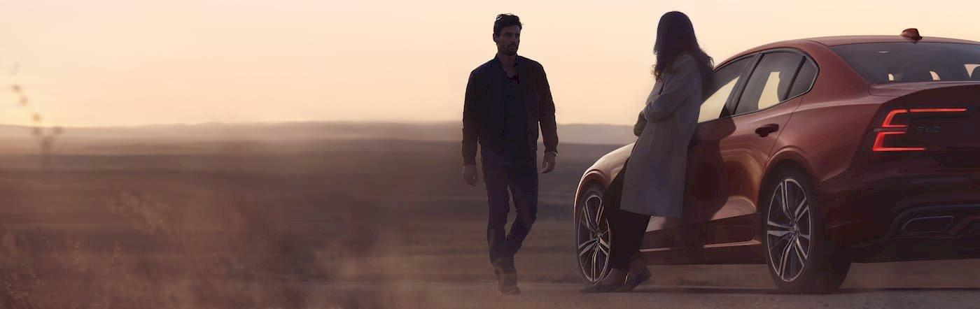 Paar steht an Volvo S60 R-Design