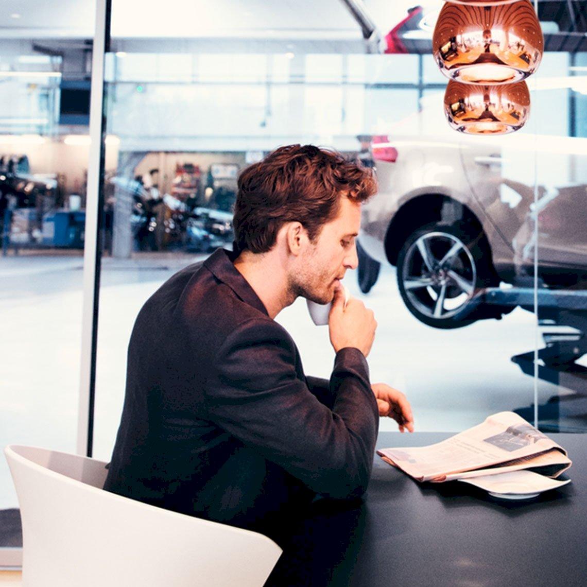 Volvo_Individuelle_Angebote_Mann_Werkstatt_Loungebereich_VO_03400_VolvoRetail_4_processed.jpg